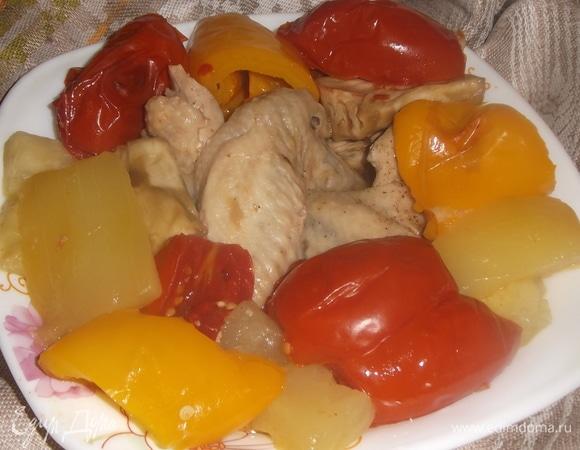 Куриные крылья, запеченные в овощах
