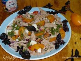 Салат с тунцом, овощами и брынзой под пикантной заправкой