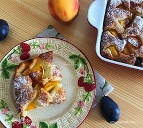 Коблер с персиками и сливами