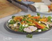 Свежий салат с индейкой, персиками и фетой