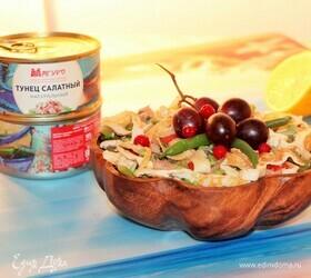 Салат с тунцом, стручковой фасолью и блинами
