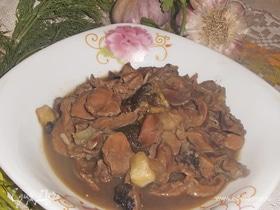 Куриные желудки с сушеными грибами и кабачком