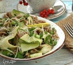 Теплый салат с тунцом и цельнозерновыми макаронами