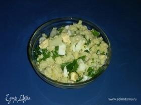 Салат из пшена с яйцом, луком и петрушкой