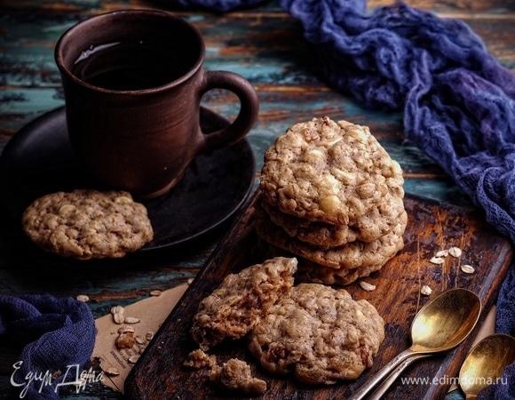 Овсяное печенье с изюмом, корицей и белым шоколадом