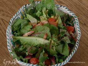 Салат с креветками, помидорами черри и кукурузой