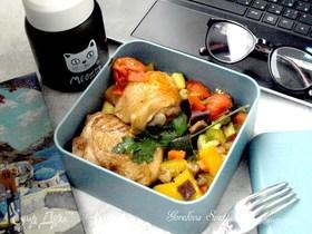 Запеченные куриные бедра с овощами
