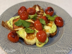 Бутерброд с соусом из авокадо, помидорами и сулугуни