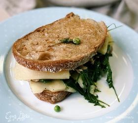 Теплый бутерброд с тунцом и сыром