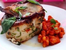 Свиная корейка, фаршированная сыром скаморца с фасолью