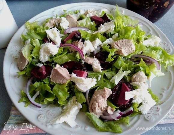 Салат с вялеными сливами и печенью трески