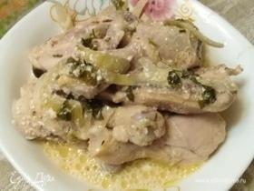 Куриные окорока, тушенные в сметане с луком