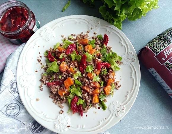 Теплый салат с гречкой, тыквой и вялеными томатами