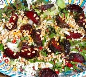 Пикантный салат со свеклой, творогом и гранатом