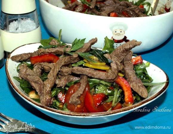 Теплый салат с говядиной и руколой