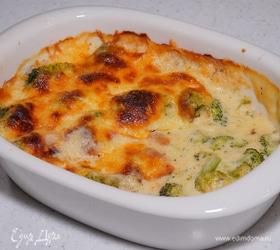Запеканка с брокколи, сыром и соусом бешамель