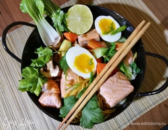 Турбо-боул с лососем, лапшой и овощами