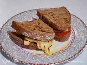 Бутерброд с сыром халуми, хариссой и медом