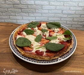 Пицца с клубникой и страчателлой