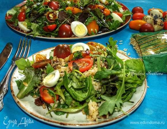 Салат из бурого риса с черри и перепелиными яйцами