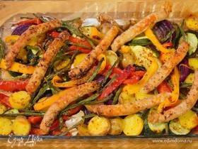 Пряные овощи, запеченные с куриными колбасками