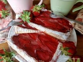 Слоеное пирожное с кремом и клубникой