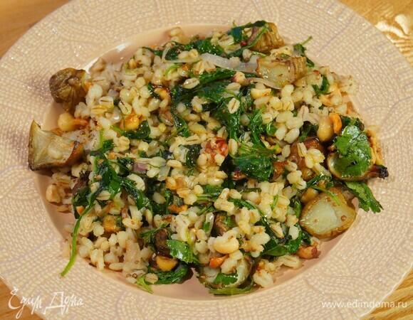 Теплый салат из перловки, топинамбура и шпината