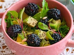 Салат с авокадо, ежевикой и микрозеленью