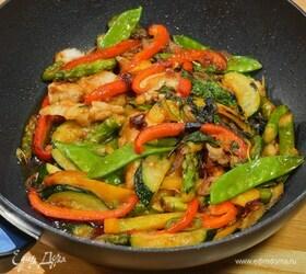 Треска по-азиатски, жаренная с овощами