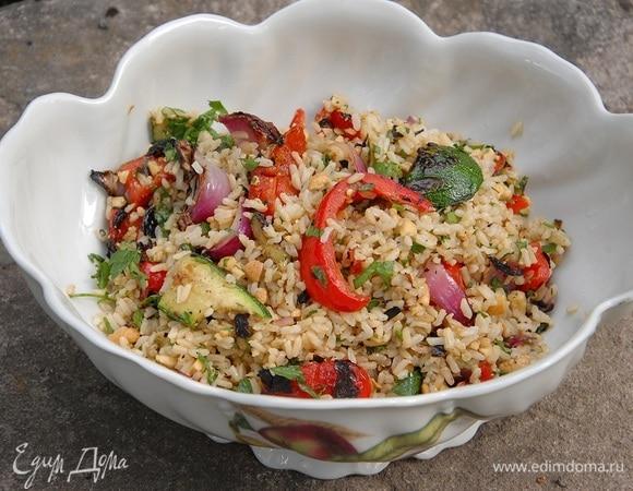 Бурый рис с овощами гриль и ореховой заправкой