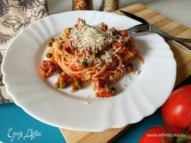 Спагетти с колбасками и зеленым горошком