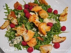 Салат из руколы с крутонами, горгонзолой и малиной