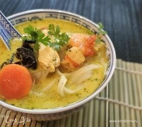 Тайский суп с курицей и креветками