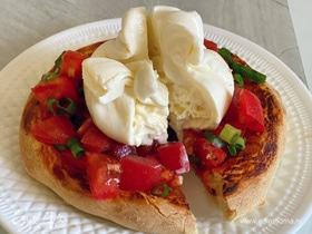 Фокачча с бурратой и помидорами