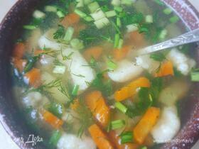 Летний суп с клецками из манки