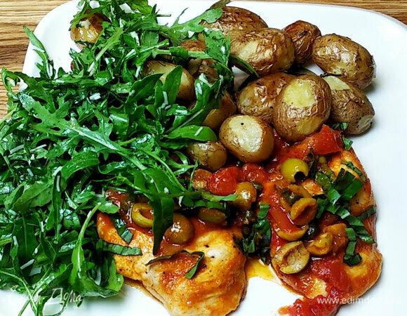 Нежная курица в соусе с картофелем и салатом
