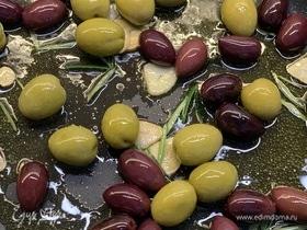Теплые оливки с чесноком и розмарином