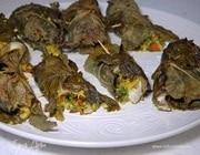 Пряные рыбные рулетики, запеченные в виноградных листьях