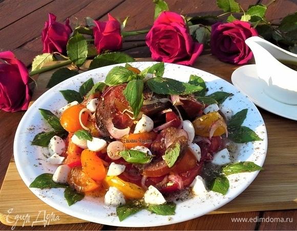 Салат из помидоров, моцареллы и базилика с горчичной заправкой