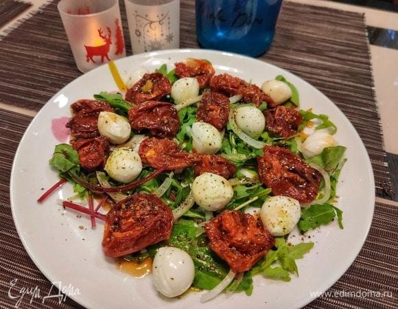 Салат с вялеными томатами и моцареллой