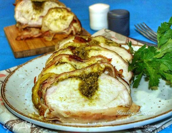 Куриная грудка с соусом песто в беконе