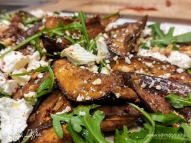 Салат из запеченных баклажанов с фетой и кедровыми орешками