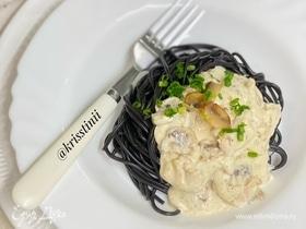 Паста в сливочном соусе с индейкой и грибами