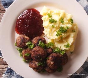 Шведские фрикадельки с брусничным соусом