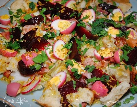 Салат из свеклы с перепелиными яйцами, крутонами и копченой грудинкой