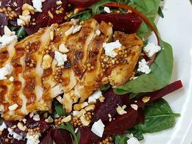 Салат со свеклой и куриным стейком