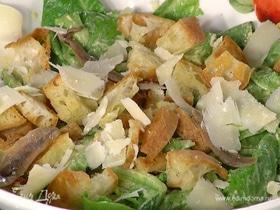 Летний салат с гренками, анчоусами и сыром