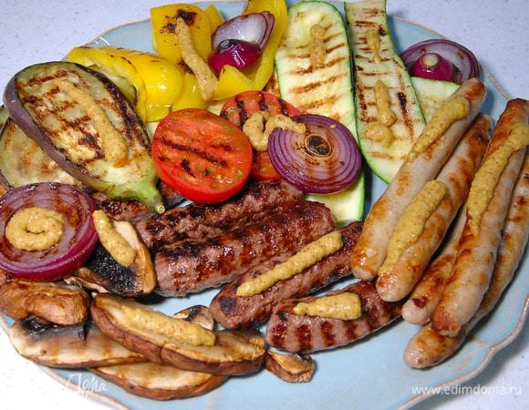Жаренные на гриле колбаски с овощами и портобелло