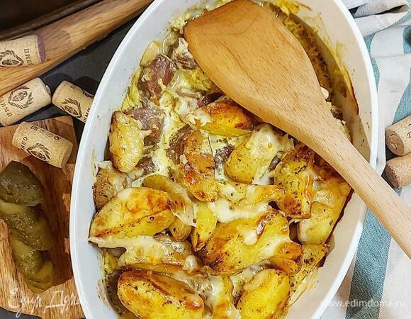 Домашний молодой картофель с мясом под сырным соусом