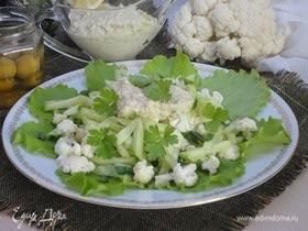 Зеленый салат с соусом из гречки